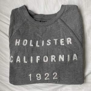 En grå långärmad Hollister tröja, inte använd på ett tag. Det är en xs men passar även m & s.