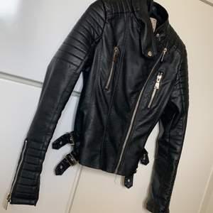 Skinjacka från bubbleroom🧥🌸 nypriset var på 499kr säljs pga det är ingen användning längre har massor av jackor , väldigt fint skick använd fåtal ggr frakten  ingår i priset.