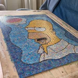 Ett stort pussel av Homer Simpson som tänker på en munk. Pusslet är över 1000 bitar och går att rama in och använda som tavla. Papper med bild på det färdiga pusslet ingår. Om man pysslar bon stop tar det nog 1-2 dagar, om man jobbar lite i taget mer