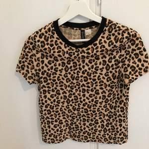 En jättefin leopard T-shirt från H&M i storlek Xs. I jättefint skick. Priset går att diskutera. Frakt tillkommer som köparen står för. Vid frågor så är det bara att höra av sig.