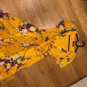 En jätte fin somrig omlottklänning. Köpt på bikbok förra sommaren men kom aldrig till användning.