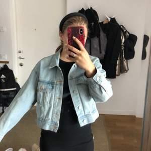 Säljer denna jeansjacka från pull&bear i storlek M😊 jättebra skick och somrig kort jeansjacka💞💞💞 dålig bild men kan skicka bättre om det finns intresse