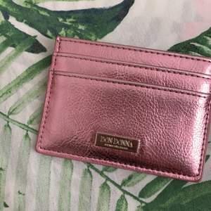 Säljer nu mitt jättefina helt oanvända Don Donna korthållare. Den är helt ny och helt oanvänd, säljer pga ingen användning. Pm för mer! :)               Frakt: 20kr