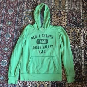 Jätte mysig hoodie från S. Oliver. Är en herrhoodie så den blir lite oversized. Använd enstaka gånger, bra skick! Köparen står för frakt, har Swish:)