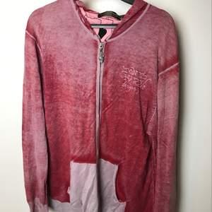 Cool och udda hoodie från Ed Hardy! Hör av dig för fler bilder eller frågor :)