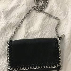 Säljer min fina Tiamo väska som är svart med silverfärgade kedjeremmar säljer pågrund av för lite användning. Jättebra skick nästan nyskick. Nypris 700kr mitt pris 130kr ❤️ betalning sker genom swish💗 kontakta mig om du vill köpa🥰