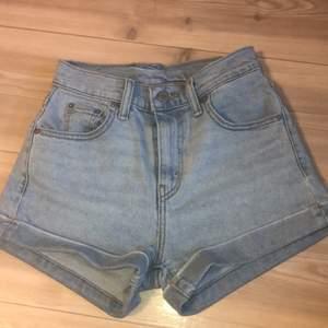 Säljer dessa Levi's shorts eftersom dom är för små, dom är i väldigt bra skick då jag bara har använt dom några få gånger🦋 (Frakten är inkluderad och priset går att diskutera)