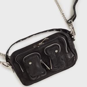 Väska från NuNoo i modellen Helena. Kedjan saknas tyvärr, därav det billiga priset, men det andra bandet av läder som kommer med gör den helt användbar såklart! Väskan är i äkta läder.