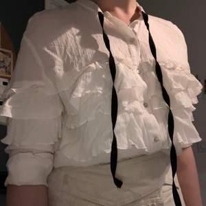 vit blus från zaras trf collection. har bara använts en gång, perfekt skick. köptes för ca 400kr. pris kan prutas i kommentarerna!!