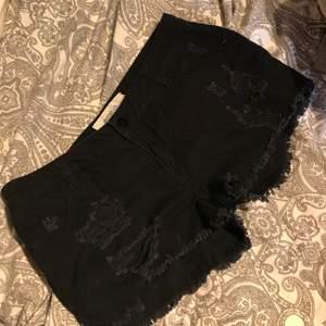 Shorts från veromoda som tyvärr inte passar mig men väldigt fina med slitningar på fram sidan för designen. I bra skick eftersom jag bara använde ett fåtal gånger. Frakt tillkommer eller mötas upp i Lund/Staffanstorp