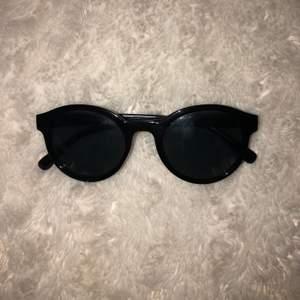 frakt ingår i pris!  snålt använda solglasögon, väldigt bekväma och snygga!