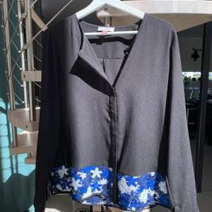 Säljer denna fina blus från Calvin Klein med detaljer i spets. Frakt: 30kr. Köpt i USA för 75 dollar dvs ca 750kr