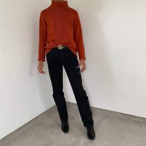 Stickad polotröja som är orange/brun som knappt är använd. Från märket Seal! Frakt tillkommer ☺️