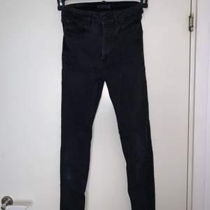 Svarta mellanmidjade jeans. Hämtas upp eller fraktas. Köparen står för frakt. Frakten ligger på ca 40kr. Skicka privat för bättre bild.