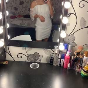 En vit klänning som inte kommer till användning för att den  har blivit lite stor på mig och det är inte riktigt min stil på klänning längre. Endast använd 1 gång så den är som nytt skick. Jag brukar ha XS/S numera men denna är M så passar någon med S/M