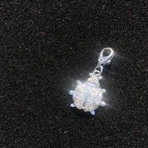 Söt silverberlock med nyckelpiga ! Frakt tillkommer på 11 kr