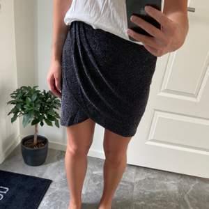 Svart glittrig kjol från Cubus. Aldrig använd! Lite stor i storleken, så kan passa en M.