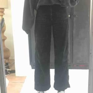 Super sköna och snygga manchester byxor från Weekday, köpta för 600 och använt max 5 gånger och därför i bra skick och säljs lite dyrare😅 Kan mötas i malmö annars står köparen för frakten☺️