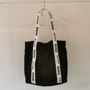 Rymlig väska/tygkasse från SVEA x Junkyard XXXY. Köparen står för frakt. Betalning via swish. 🥰