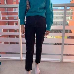 As snygga jeans i en tvättad svart färg, i momjeans modell som e fransad nertill!