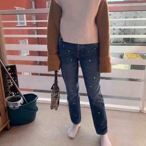 """Ett par as coola jeans från hm med """"diamanter"""". De är i toppen skick!"""