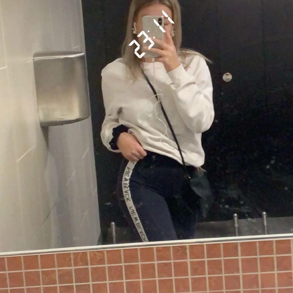 Säljer mina marinblåa träningstights. Super sköna och snygga, med detalj längs sidan på byxorna.💙 . Jeans & Byxor.