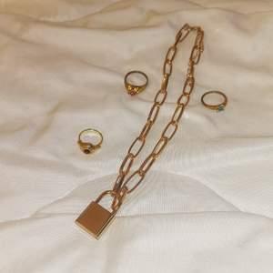 Ett guldigt halsband med lås (har ej nyckel) och tre guldiga ringar med rubiner av olika färger. Allt är av olika material & halsbandet verkar inte alls rosta eller ärga. Ringarna vet jag ej materialet. Säljer pga att jag inte passar i guld!! Ringarna kostar 10 kr styck och halsbandet 100 kr
