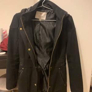 Jätte fin Guess jacka värmer jätte bra och är en elegant och fin jacka. Jackan är äckta och är svart med fina guld detaljer :) Annvänd knappt 1 år. Pris kan disskuteras vid snabb köp, möts helst i stockholm!