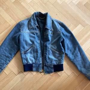 Säljer en jeansjacka från Wrangler i bra skick trots flera användningar. Jackan är i storlek s och relativt tjock för en jeansjacka.                                                  Säljs för 200 kr. Frakt 65 - 75 kr. Köparen står för frakt.