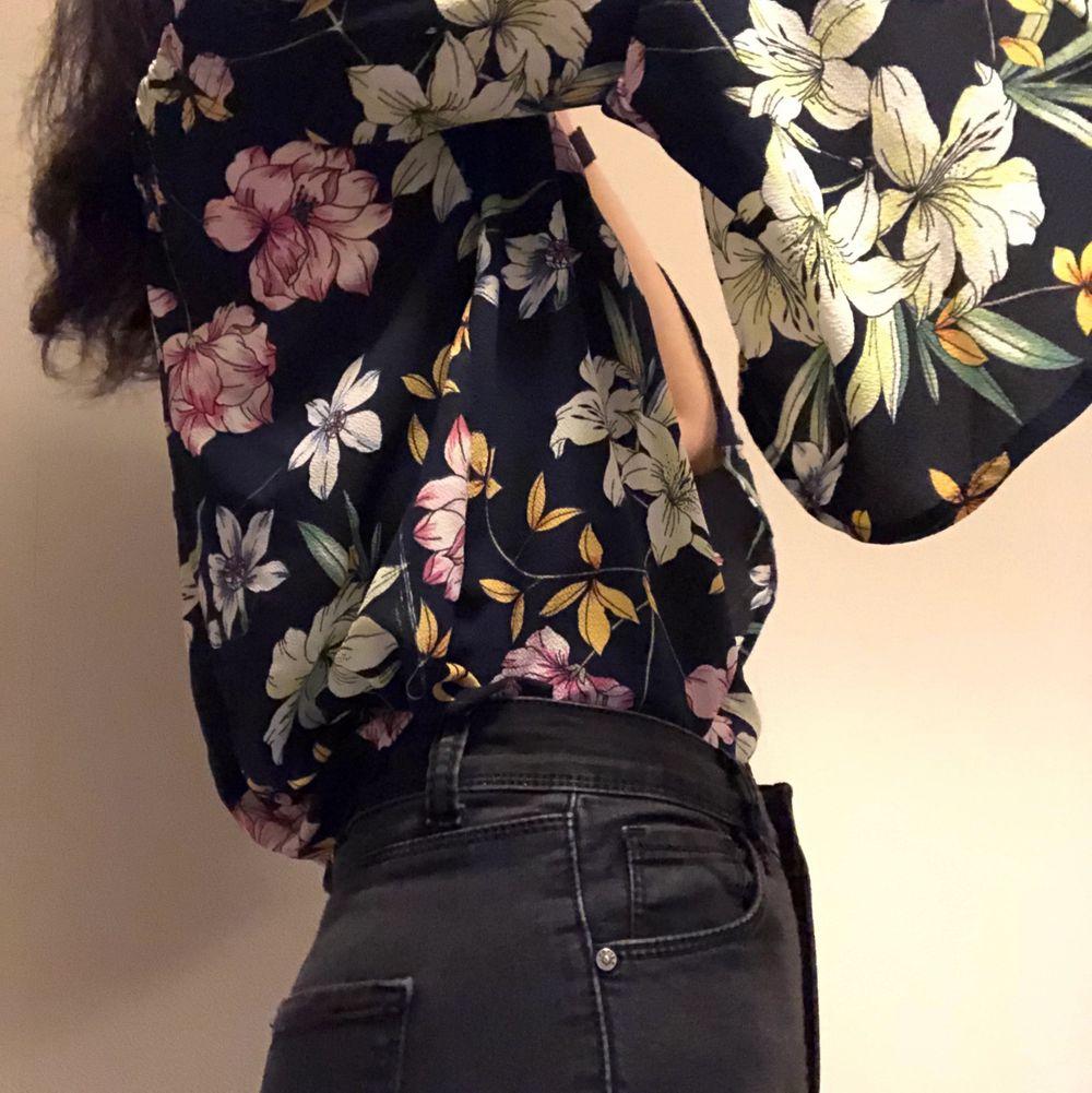 Svart offshoulder blus med blommor. Har aldrig använt. Om du beställer fler kläder från mig behöver du inte betala frakt separat för alla produkter❗️❗️. Blusar.