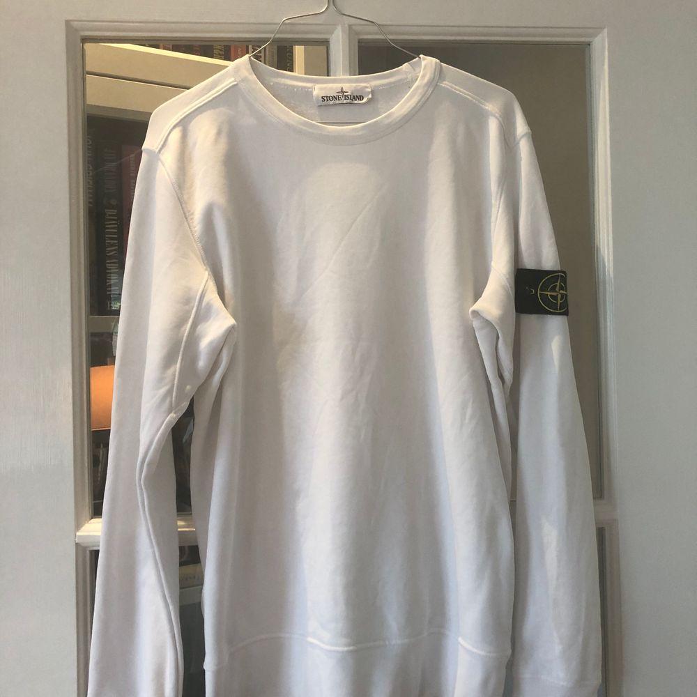 Stone Island tröja i fint skick. Inga specifika fel endast lite overall wear på den. Kvitto finns. Pris kan diskuteras vid snabb affär.. Tröjor & Koftor.
