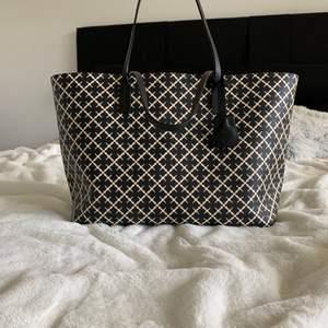 Säljer fin Malene Birger väska som är använt 1-2 gånger och är fortfarande helt ny. Köpte den för 2.299kr och vill sälja den för 1.700kr men priset kan diskuteras om du hämtar den i Göteborg.
