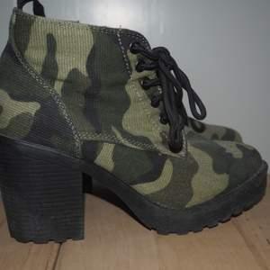 Högklackade skor. Jätte coola. Säljer pga att dem blivit för små tyvärr. Verkligen as balla och passar till väldigt mycket. Kan mötas upp i sthlm eller så står köparen för frakt.