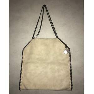 stella mccartney väska mockaimitation Köptes i maj förra året men har ej används endast legat i en påse.   Antingen hämtar man väskan eller så får köparen stå för frakten