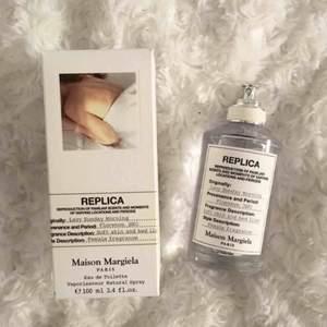 """""""Lazy Sunday Morning"""", populär parfym i serien REPLICA av Maison Margiela. Nypris ca 850kr.  EdT, 100ml (stor flaska).  Luktar fräscht och blommigt men jag har flera liknande, därför säljer jag denna:)"""