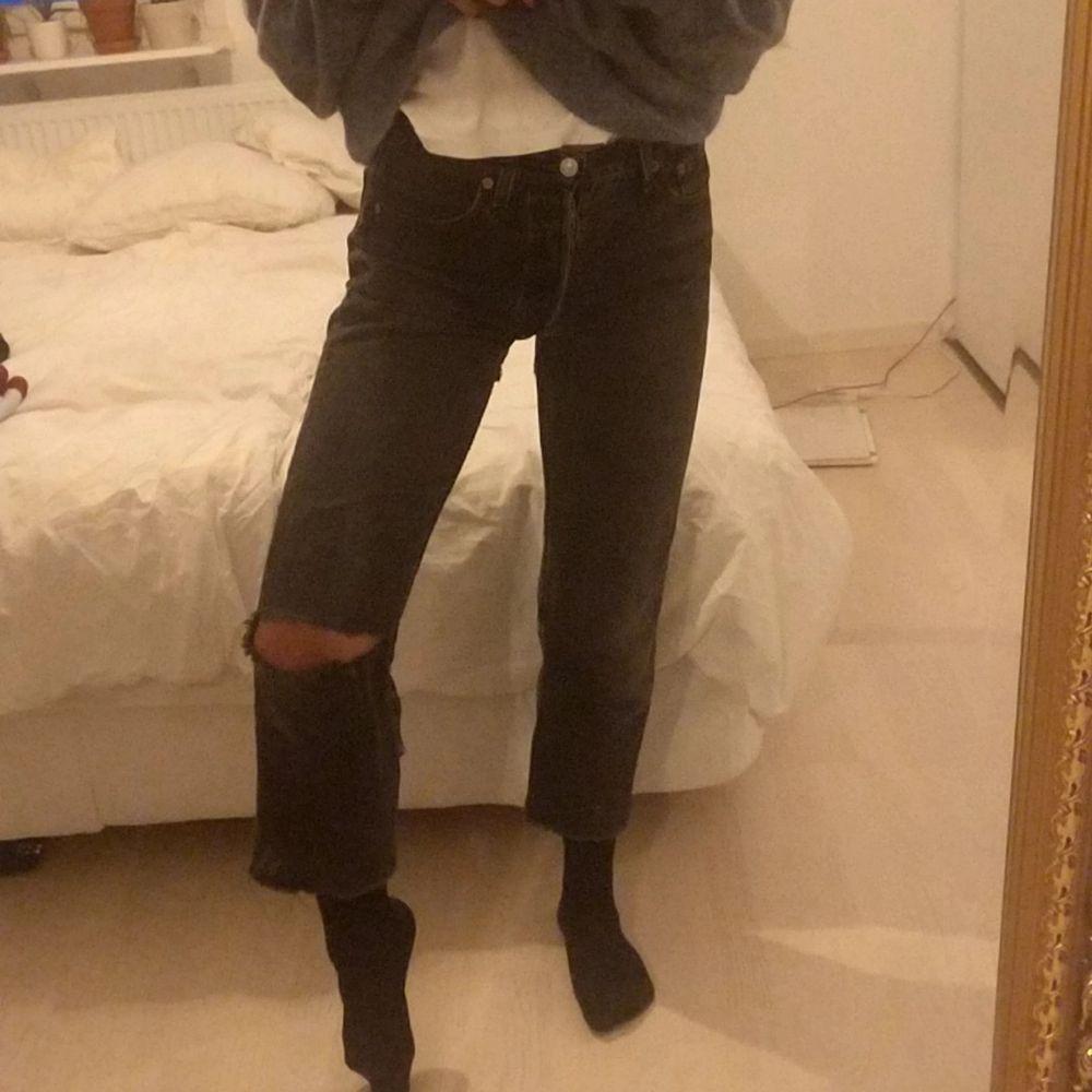 Levi's 501or, Avklippta vid benslutet, mycket använda därav hål på knät och röven...... Hört att vissa gillar det så!:P  Storlek W29 L34 men jag har 25 i nya jeans och dessa e tighta. Köparen står för eventuell frakt. Jeans & Byxor.