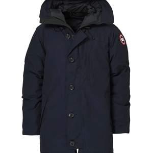 Hej, Jag säljer en Canada Goose jacka som ni ser på bilden fast svart jätte fräsch använd fåtal gånger inga problem med jackan. Tyvär så har jag inget kvitto på jackan men kan garantera er att det är äkta vara.