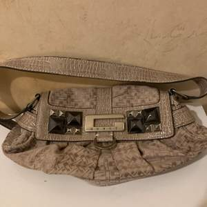 Guess  liten Axel/ handväska i fint nyskick hämtas hos mig i applandsväsby har swish