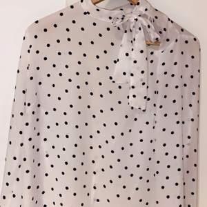 Säljer denna chiffong tröja då den inte kommer till användning, den är knappats använd och som ny. Vid handleden sitter tröjan lite mer åt och övre delen är lite pösigare. Tröjan går o knyta uppe vid axeln och har en lite lucka.