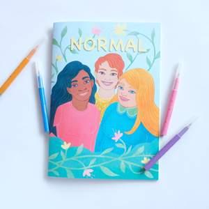 Ge bort en positiv förändring i julklapp! En kroppsinkluderande målarbok för barn och unga från UF-företaget Normal, @normal.uf på Instagram 🤍 Frakt för en bok kostar 44kr och frakt för 2 eller fler böcker kostar 63kr och är spårbart.