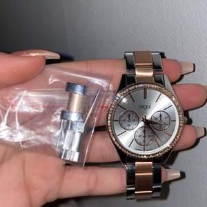 Klocka från regal ur&penn köpte för drygt 2 år sedan använt den några gånger, silver & rosé färgad med stenar runtomkring uret.  Btw alla bitar till klockan kommer med klockan. Förhandling sker privat