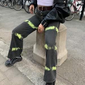 Säljer dessa jeans, köpa på shein för ca 300kr, ganska tunt matreal men bekväma. Lite stora i midjan på mig som brukar ha ca 36-38 i stl, bra längd på mig som är 168cm! Fint skick!