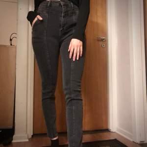Oanvända gråa jeans i ganska tjock och elastisk material. Säljer pga lite för stora och kommer inte till användning. Strl 34/36