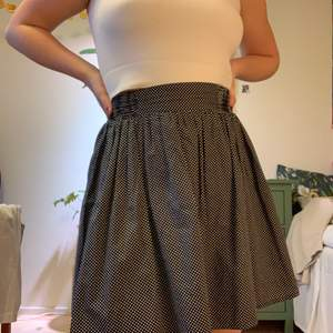 Prickig kjol från Monki i fint skick. Har resår i midjan så kan passa allt från XS-L!