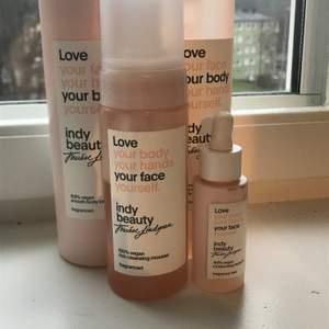 Det är en caring and cleaning body gel, smooth bodylotion, rich cleaning mousse och en moisturising facial oil funkar lika bra till hela kroppen allt köpt för ca 600kr pris går att diskutera