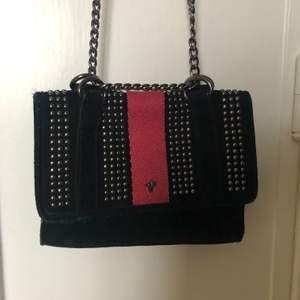 Svart mocka väska från zara med röda detaljer. I princip oanvänd. Går att justera mellan cross body och axelväska. Perfekta kvällsväskan!
