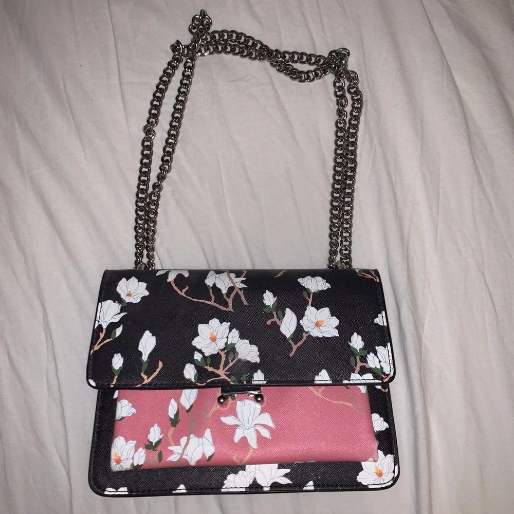 Blommig väska i fakeläder från Mango. Fint skick. Axelbandsväska.. Väskor.