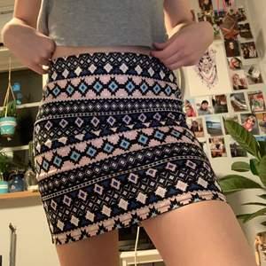 En mönstrad kort kjol i ett jeans-aktigt material. Den är i superfint skick och nästan aldrig använd. Det står 36 men det går super att ha den om man är 34☺️. OBS!!! Köparen står för frakten!!💕
