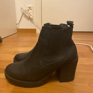 Svarta boots med lite klack, storlek 36. Använda 1 gång, pris kan diskuteras