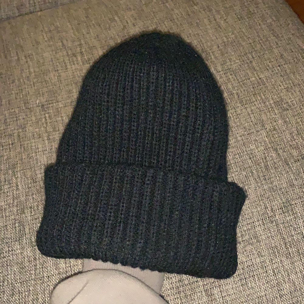 Super fin svart mössa, precis den som linn har på sig på bilden. Perfekt nu när det är kallt ute😊. Accessoarer.